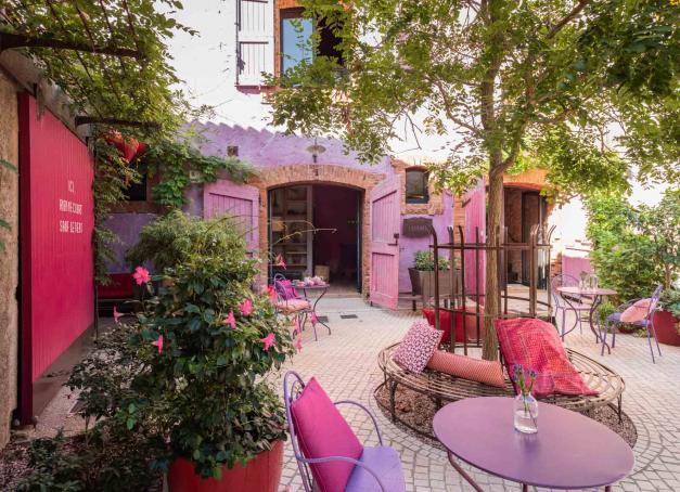 À la recherche d'un hébergement ou hôtel insolite dans le sud de la France ? Découvrez notre sélection de 10 adresses singulières : des cabanes de luxe, un must désormais, au village historique transformé en passant par d'étonnantes bulles ou encore des éco-lodges en pleine nature.