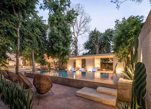Doublée d'une extension contemporaine, une ancienne demeure coloniale au Mexique a été convertie par un couple de français en boutique-hôtel de luxe de seulement 8 chambres, dans un jardin exotique avec piscine à débordement et restaurant gastronomique.