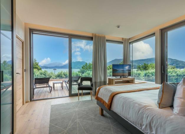Dessiné comme un navire, le Rivage Hôtel & Spa est le dernier-né du groupe Mont-Blanc Collection en Haute-Savoie. Décoration soignée, chef inventif et spa de 1,000 mètres carrés, l'adresse s'impose l'un des plus beaux hôtels au bord du lac d'Annecy.