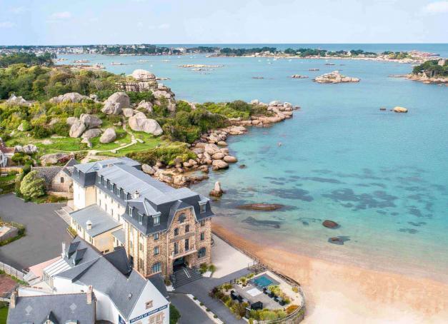 Tout au long de l'étonnante Côte de granit rose dans les Côtes-d'Armor s'égrènent quelques hôtels de charme ou de luxe emblématiques d'un certain art de vivre. Découvrez notre sélection.