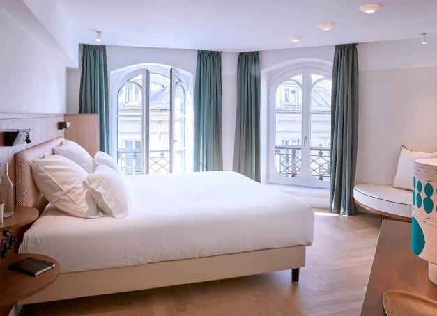 Sur la charmante place du Caire au cœur du Sentier (Paris 2e), l'Hôtel du Sentier a ouvert ses portes en janvier, dévoilant 30 chambres cosy et un café typiquement parisien. Découverte en images d'une adresse sobre et inspirée.