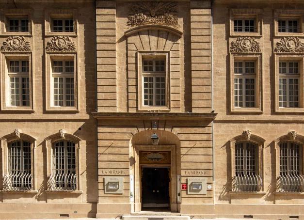 Quels sont les meilleurs hôtels et chambres d'hôtes d'Avignon ? Où dormir à l'occasion d'un week-end dans la cité des papes ? Tour d'horizon des plus belles adresses où faire escale dans la cité provençale.