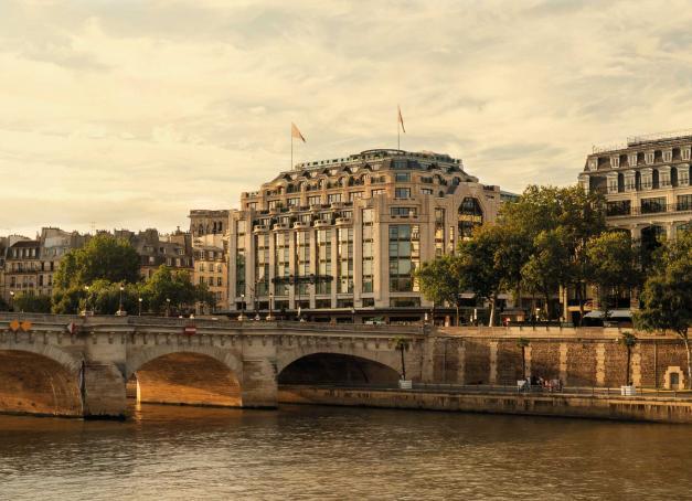 Première adresse urbaine de la collection ultra luxe de LVMH, Cheval Blanc Paris ouvre ses portes le 7 septembre dans l'ancienne Samaritaine. Découverte en images d'un palace contemporain, sophistiqué et exclusif. En un mot, spectaculaire.