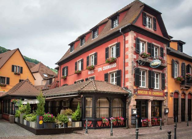 Entre vignoble et montagne, Le Chambard, l'hôtel-restaurant du chef deux étoiles Michelin Olivier Nasti, résume assez bien l'Alsace, d'autant qu'il est situé au cœur de l'un de ses plus beaux villages, Kaysersberg. Il dévoile de nouvelles chambres au décor contemporain.
