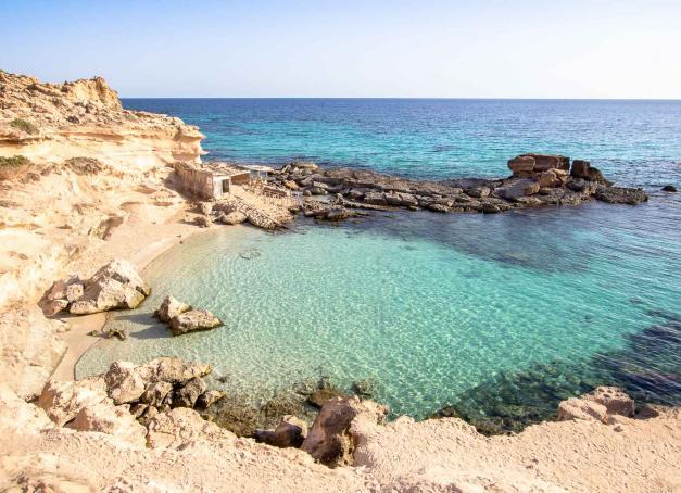 La Méditerranée, ça n'est pas que la Corse, la Sicile, Ibiza ou Santorin. Découvrez 5 îles — encore relativement méconnues — pour profiter des derniers weekends d'été de la saison.
