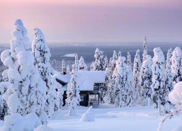 Terre de forêt et de neige en hiver, la Laponie finlandaise est également une région où les traditions ancestrales vivaces, les activités durables et la culture autochtone se mêlent. Découverte à travers 10 expériences uniques.