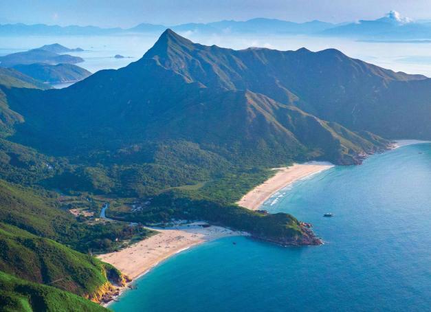 Si Hong Kong abrite le plus de gratte-ciels au monde, le territoire révèle un autre visage aux voyageurs curieux, celui d'une nature abondante entre mer et montagne, des plages de sable blanc aux sentiers de randonnée s'enfonçant dans une végétation touffue. Retrouvez 5 idées de balades thématiques pour découvrir Hong Kong côté nature.