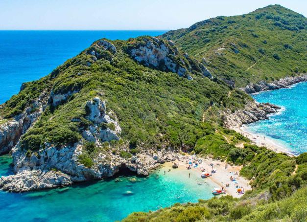 De plage en plage et de village perché en falaise abrupte, escapade à Corfou, une île grecque entre mer Adriatique et Ionienne située à 2 km de la côte albanaise et longtemps vénitienne.