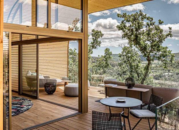 Direction le Souki Lodges & Spa et ses deux lodges accrochés à flanc de colline dans l'Hérault. Un luxueux refuge avec immense terrasse, jacuzzi privatif et piscine naturelle à débordement en pleine nature.