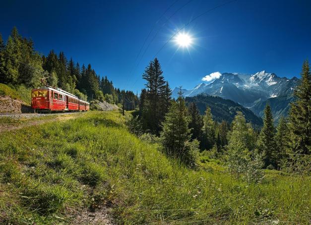 Saint-Gervais Mont-Blanc est le point de départ pour un voyage des plus attachants qui hisse contemplatifs, alpinistes et randonneurs jusqu'au pied du glacier de Bionnassay. Retour sur l'étonnante épopée du Tramway du Mont-Blanc, le plus haut train à crémaillère de France !