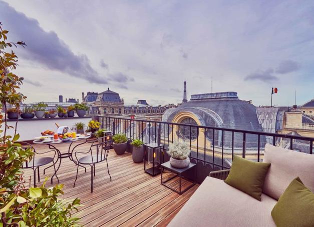 Emblèmes du luxe français depuis le début du XIXe siècle, symboles de modernité et de raffinement, ils ont accueilli les voyageurs les plus célèbres du monde. Les « Grands » hôtels de Paris dévoilent leur histoire et leurs atours.