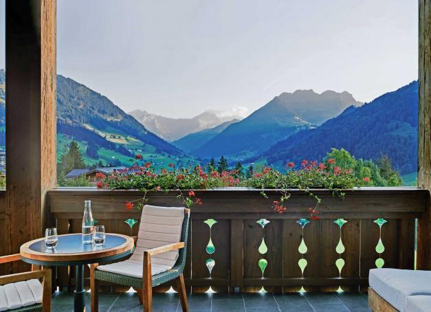 Ouvert il y a moins de dix ans sur les hauteurs du très chic mais discret village de Gstaad dans les Alpes bernoises, The Alpina Gstaad a réussi à s'imposer comme l'un des plus beaux hôtels de montagne du monde. Visite guidée d'un havre de paix et de luxe, où le temps semble suspendu.