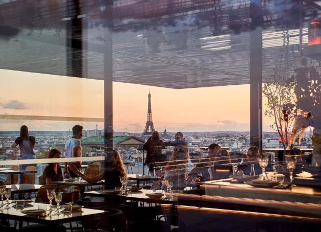 Début septembre, les Galeries Lafayette Haussmann dévoilaient Tortuga, une nouvelle table perchée sur son immense toit-terrasse au pitch alléchant : vues spectaculaires sur Paris, cuisine marine signée du chef Julien Sebbag et décor hyper léché. L'événement de la rentrée ?