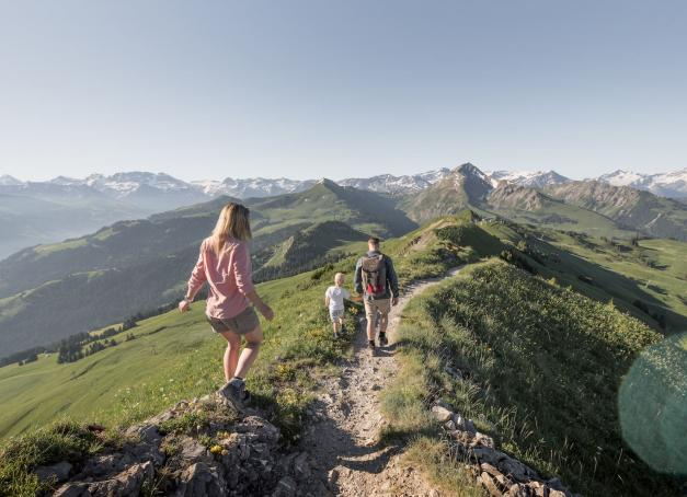 Si Gstaad fait venir à l'esprit des images de chalets idylliques et de sommets enneigés, voici quatre excellentes raisons de (re)découvrir ce petit paradis suisse à l'heure d'été.