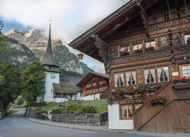 Avant d'être l'une des destinations de sports d'hiver les plus prisées de Suisse, Gstaad est l'un des plus beaux emblèmes d'un pays où les villages alpins ont su conserver toute leur authenticité. Avec un patrimoine remontant au XVe siècle, découvrez ici la quintessence de la Suisse des montagnes !