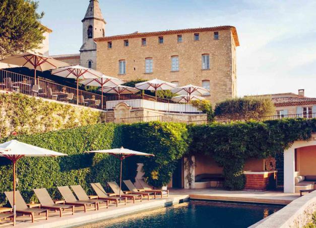 À Crillon le Brave, l'hôtel éponyme, un cinq étoiles au chic discret profitant d'une vue exceptionnelle, est le refuge idéal pour se ressourcer et lâcher-prise loin du tumulte alentour.