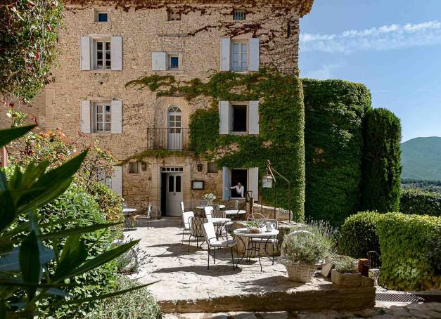 Quels sont les plus beaux hôtels du sud de la France, entre cigales, mistral et bleu azur ? Mas provençaux, palaces, hôtels de charme ou établissements design, découvrez notre sélection de 15 belles adresses sous le soleil du Sud.
