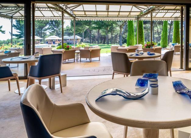 Quels sont les meilleurs restaurants étoilés de la région PACA (Provence-Alpes-Côte-d'Azur) ? Focus sur 10 grandes tables, toutes récompensées de 2 ou 3 macarons Michelin, de Marseille jusqu'à Menton en passant par l'arrière-pays varois, Saint-Tropez, Cannes et Monaco.