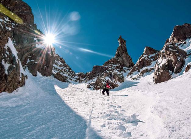 À près de 80 ans, Serre Chevalier est l'une des plus anciennes destinations de ski des Alpes, aux portes du Parc National des Écrins et de Briançon. Plus grand domaine skiable des Alpes du Sud, on fonce à Serre Chevalier Vallée Briançon pour goûter au trio soleil, enneigement et engagement écologique avant-gardiste à la montagne.