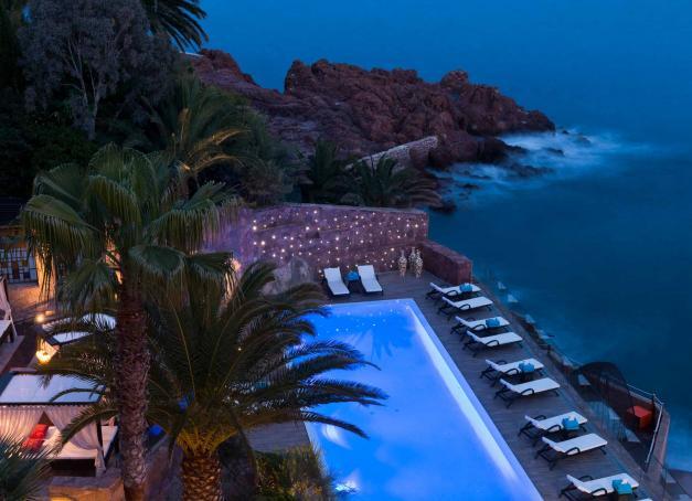 Quels sont les plus beaux hôtels en bord de mer, des côtes normandes à la Méditerranée en passant par la façade atlantique ou la Bretagne ? Sélection de 20 des plus beaux hôtels des côtes françaises.