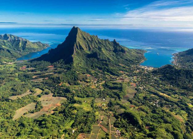 À l'autre bout du monde, il est des îles qui activent les fantasmes et les rêves tropicaux de milliers de voyageurs. Au cœur des eaux du Pacifique sud, la Polynésie Française fait partie des paradis que l'on espère tous voir un jour.