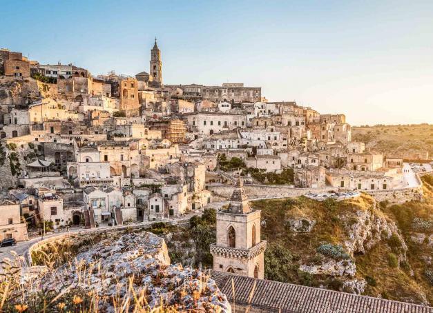 Matera, capitale de la région de Basilicate, est bien loin de l'image de belle endormie un peu négligée qui lui collait à la peau. Classée par l'UNESCO, Capitale européenne de la culture en 2019, sa gastronomie, ses paysages et sa vie culturelle en font une destination incontournable du sud de l'Italie. Découverte.