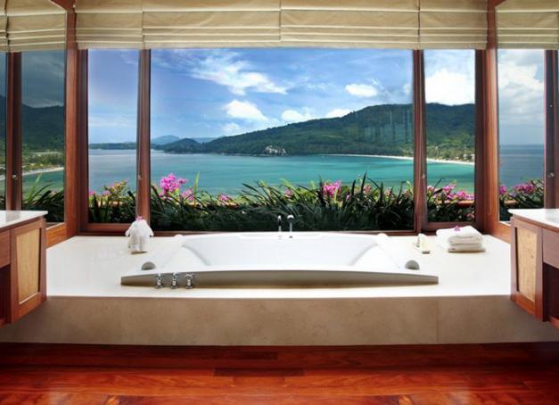 Le luxe ultime des plus beaux hôtels du monde ? Prendre son bain tout en contemplant les paysages alentours. Découvrez notre sélection exclusive de 30 salles de bains extraordinaires aux vues exceptionnelles.