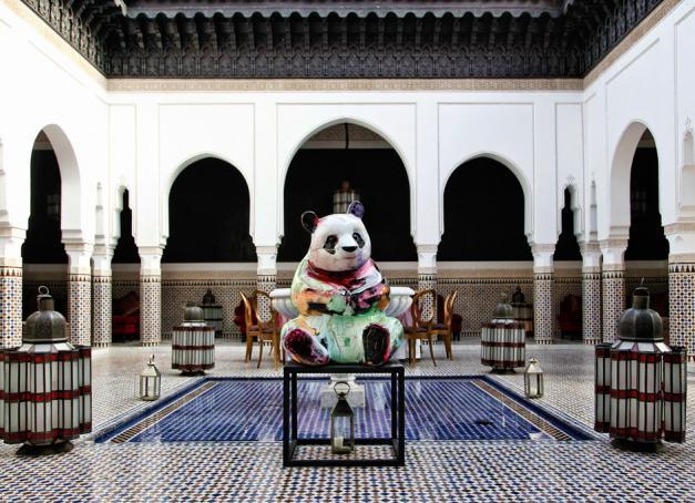 Quand la légendaire Mamounia accueille les œuvres colorées de Julien Marinetti, c'est un coup d'éclat ! Voici quelques photos volées de l'exposition en cours à Marrakech et en quelques mots, le portrait d'un artiste global.