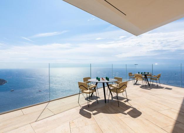 Sur les hauteurs de Roquebrune-Cap-Martin, bénéficiant d'une vue panoramique sur la principauté de Monaco et la Côte d'Azur, le Maybourne Riviera ouvrira ses portes en fin d'année, abritant 69 clés, quatre restaurants dont deux signés Mauro Colagreco, deux piscines et un spa.