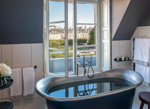 Quels sont les hôtels actuellement ouverts en France et à Paris dans cette période d'incertitude, entre confinement et couvre-feu ? La sélection de la rédaction pour partir en week-end ou en vacances.