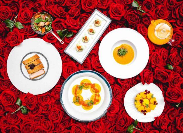 À l'occasion de la Saint-Valentin, les grands chefs proposent des menus gastronomiques disponibles à emporter (click & collect ou livraison). Découvrez notre sélection des meilleurs menus de la Saint-Valentin 2021.