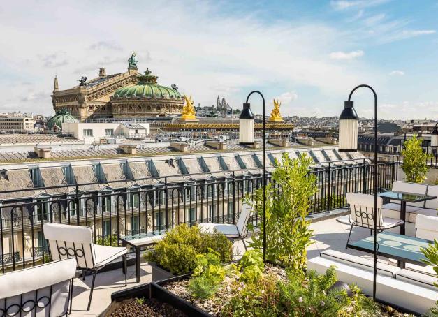 C'est au 10ème et dernier étage du nouvel hôtel Kimpton St Honoré Paris, dans le quartier de l'Opéra, que le rooftop Sequoia s'apprête à ouvrir ses portes le 23 août 2021. Premières images et infos en avant-première.