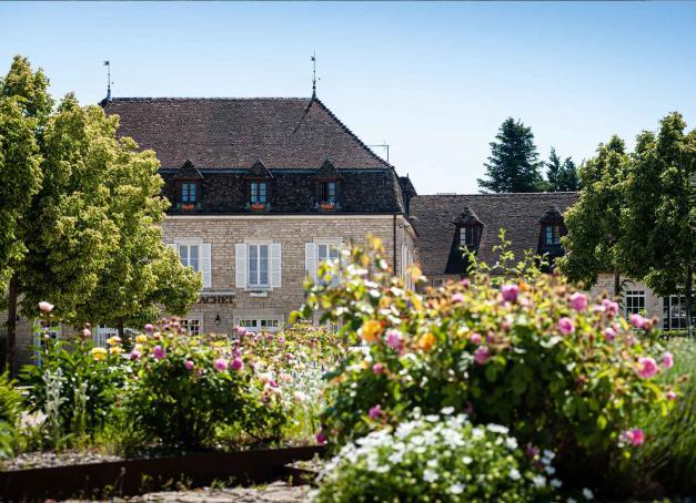 La très exclusive enseigne COMO Hotels & Resorts ouvrirr son premier hôtel en France, à Puligny-Montrachet en Bourgogne à l'horizon 2022. Il s'agit du second hôtel de la collection en Europe continentale après la Toscane.