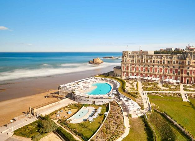Le 26 mars 2021, l'Hôtel du Palais à Biarritz rouvrira ses portes après plusieurs phases de travaux depuis 2018. Unique palace de la côte Atlantique, créé en 1854 par Napoléon III pour son épouse Eugénie, il sera, dit-on, plus majestueux que jamais.
