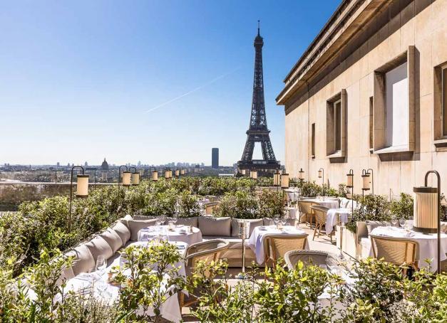 Après avoir conquis Paris, l'excellent restaurant Girafe se déploie au 9ème étage de la Cité de l'architecture et du patrimoine, dévoilant l'un des plus beaux rooftops de la capitale.