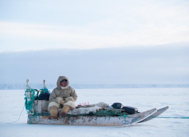 Encore plus au nord que Qaanaaq, au nord-ouest du Groenland, se trouve Siorapaluk, le village autochtone le plus septentrional du monde. L'ethnologue Jean Malaurie l'a rendu célèbre dans Les Derniers Rois de Thulé. Nous vous y emmenons en traineau à chien, en compagnie de Qillaq, habile chasseur inuit.