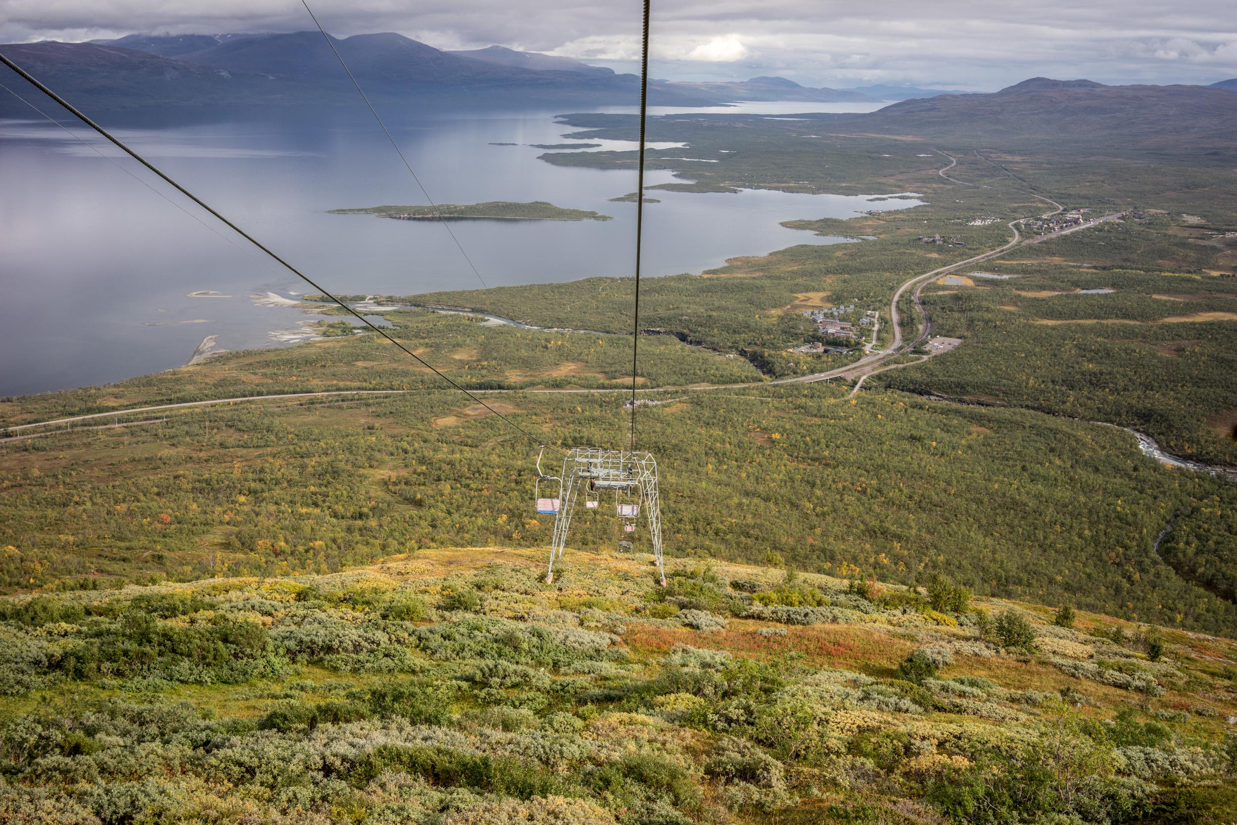 Le télésiège de l'Aurora Sky Station offre une magnifique vue panoramique sur le lac Torneträsk. Les bâtiments au centre sont ceux de l'Abisko Tourist Station et plus au fond à droite se trouve la petite ville d'Abisko.